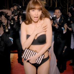 小嶋陽菜、まるで露出狂!半裸同然で写真撮らせまくり!